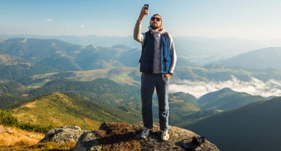 Hombre tomándose selfi.
