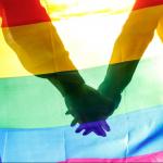 Hombres con la bandera gay.