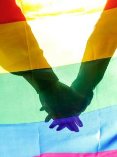 Pareja gay adoptó a bebé con VIH que fue rechazada por 10 familias heterosexuales