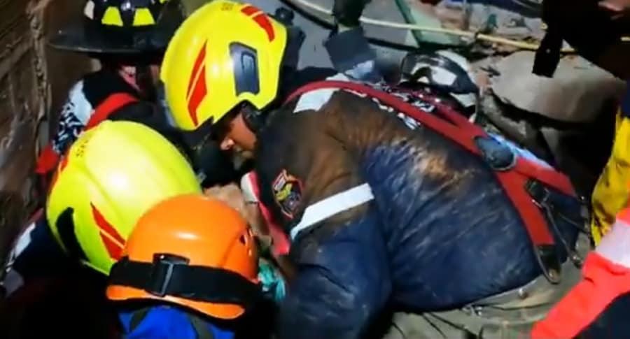 Rescate a abuelo atrapado en escombros