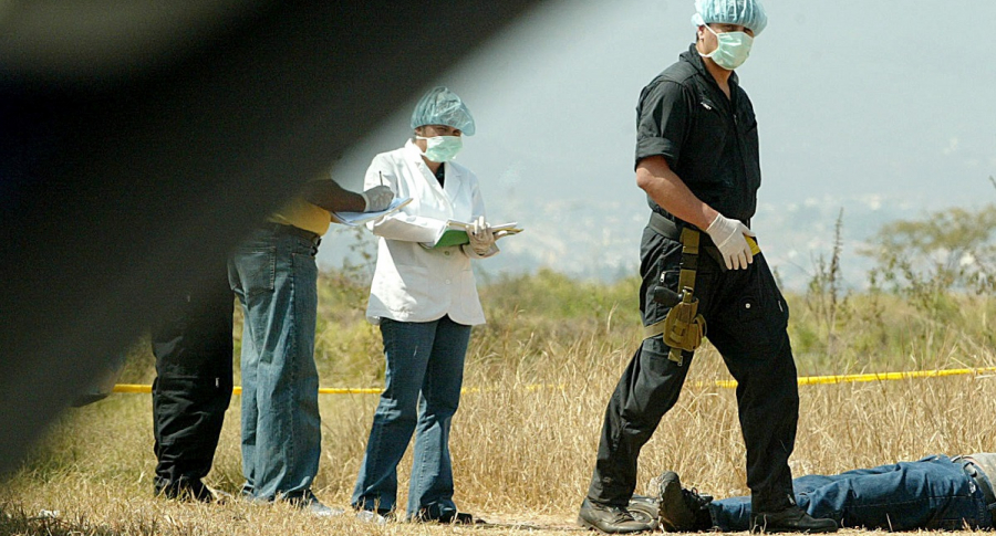 Investigadores en levantamiento de cadáver