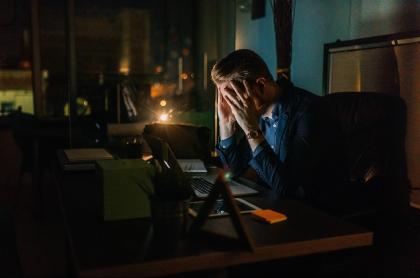 Hombre trabajando de noche