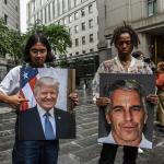 Personas protestando frente a la corte donde compareció Jeffrey Epstein