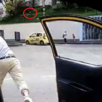 Taxi lanza huevos a colega