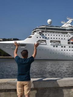 Personas saludan crucero