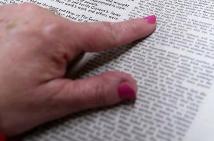 Mano sobre página de periódico