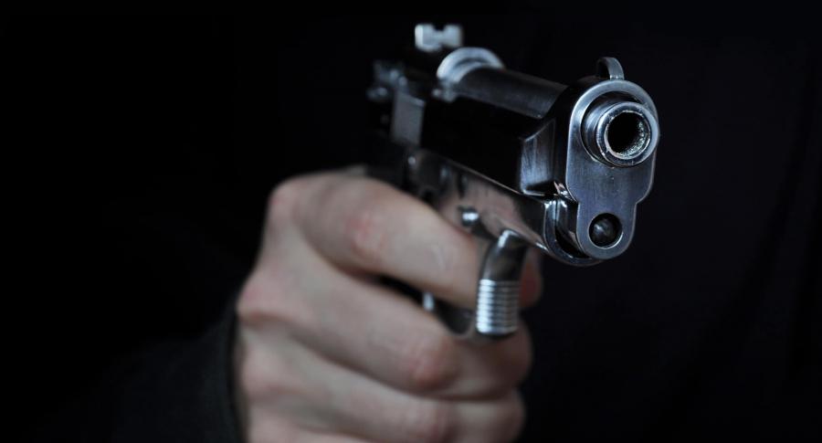 Hombre apuntando con un arma. Imagen de referencia. Getty.