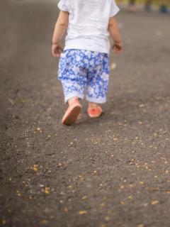 Niño camina solo.