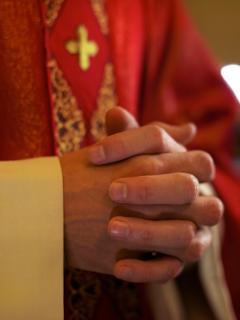 El sacerdote que colgó los hábitos para seguir su sueño de convertirse en mujer