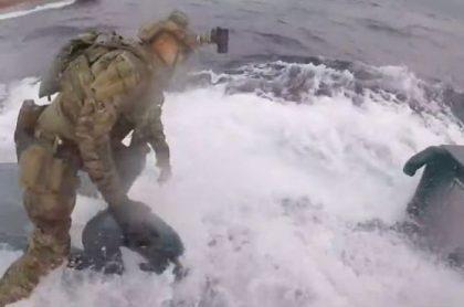 Soldado sobre submarino