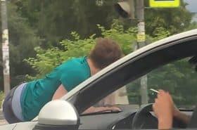 """Mujer arrastra con su carro a pretendiente porque no quería hablar con él y """"está loco"""""""