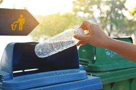 Solo para reciclar; razones por las que no se deben reutilizar las botellas plásticas