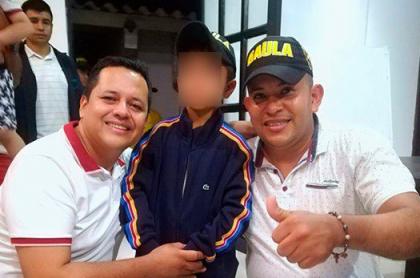 Santiago Santander Figueroa con oficiales del Gaula