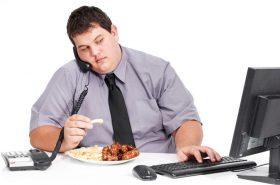 Si trabaja sentado y frente a un computador, así puede bajar de peso y evitar engordar
