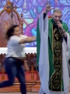 [Video] Mujer con trastornos mentales empuja a sacerdote del altar, en plena misa