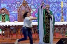 [Video] Mujer con trastornos mentales empuja a sacerdote del altar en plena misa
