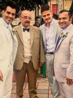 Famoso se casó tras 10 años de noviazgo; fue con tenis y traje de varios colores