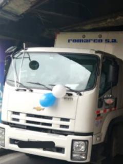 Camión queda atascado debajo de puente vehícular de la Autonorte, en Bogotá