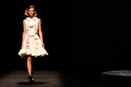 Mujer desfilando
