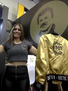 Mientras al 'Chapo' Guzmán lo condenan, la hija (o la esposa) vende ropa con su imagen
