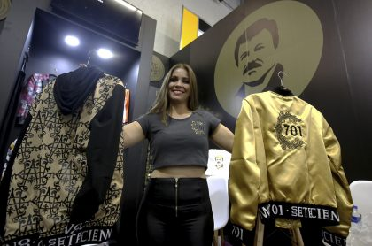 Modelo muetra ropa alusiva al 'Chapo' Guzmán