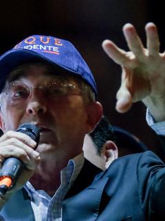 Mujer no soporta seguir soñando con Uribe y decide contar contenido de sus pesadillas