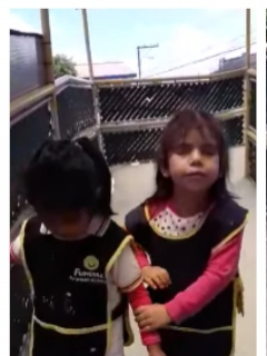 [Video] Tierno gesto de niña invidente que le enseña a otra a usar el bastón guía