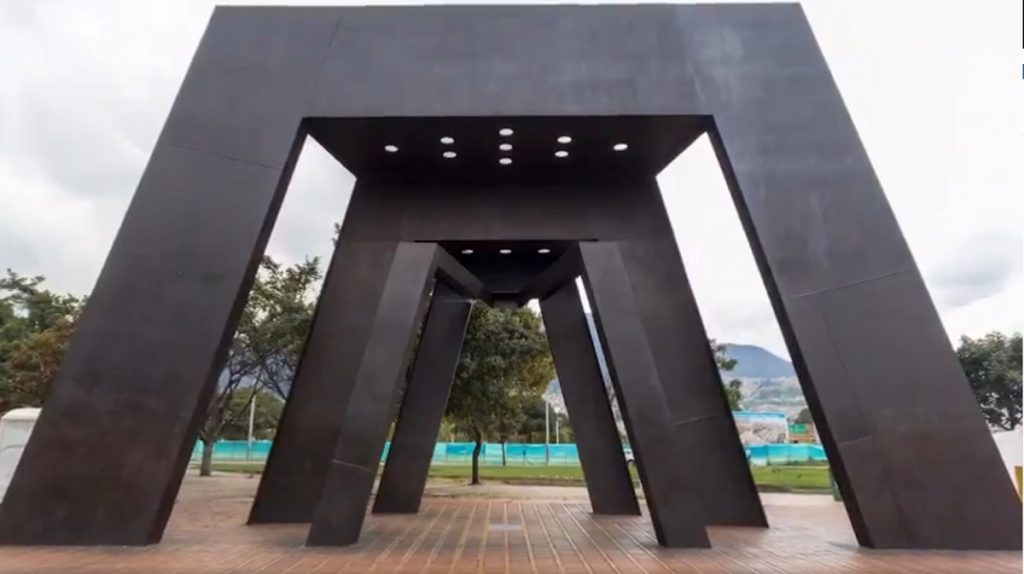 Escultura 'Pórtico' renovada