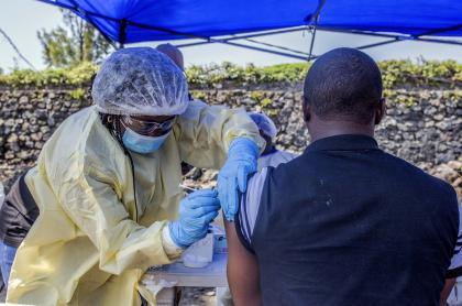 Hombre recibiendo vacuna del ébola en el Congo.