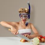 Mujer picando cebolla