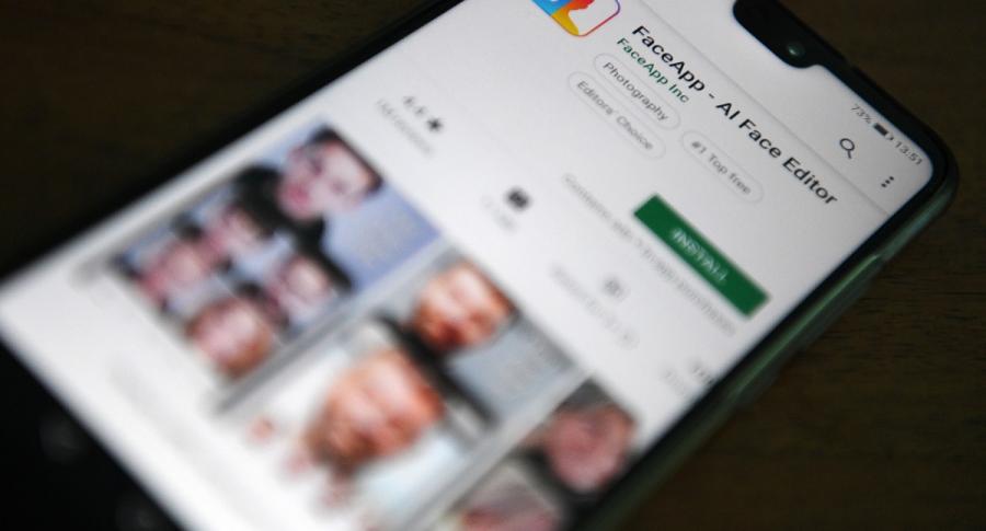 Teléfono celular con aplicación FaceApp
