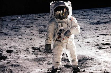 Astronauta Buzz Aldrin sobre la superficie lunar