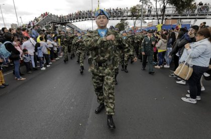 Militar desfilando