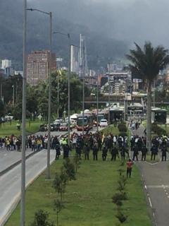 Bloquean por completo la Calle 26 (en Bogotá); ni Transmilenio funciona