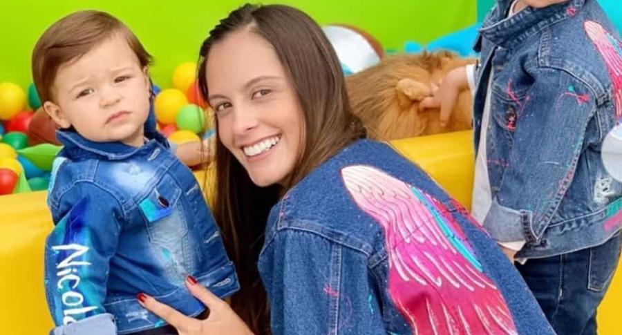 Laura Acuña, presentadora, con su hijo Nicolás.