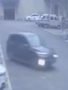 Conductora novata confunde el acelerador con el freno y se estrella contra una oficina