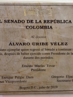 """""""Colombiano ejemplar"""": placa de Macías en honor a Uribe en Congreso desató críticas"""