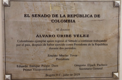 Placa en homenaje a Álvaro Uribe en el Congreso
