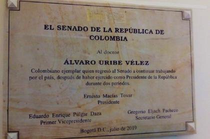 Placa en reconocimiento a Uribe