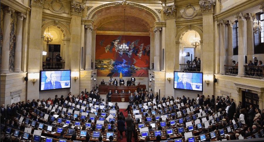 Carteles en instalación de nuevo periodo en Congreso