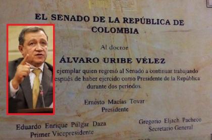 Ernesto Macías y placa en reconocimiento a Uribe
