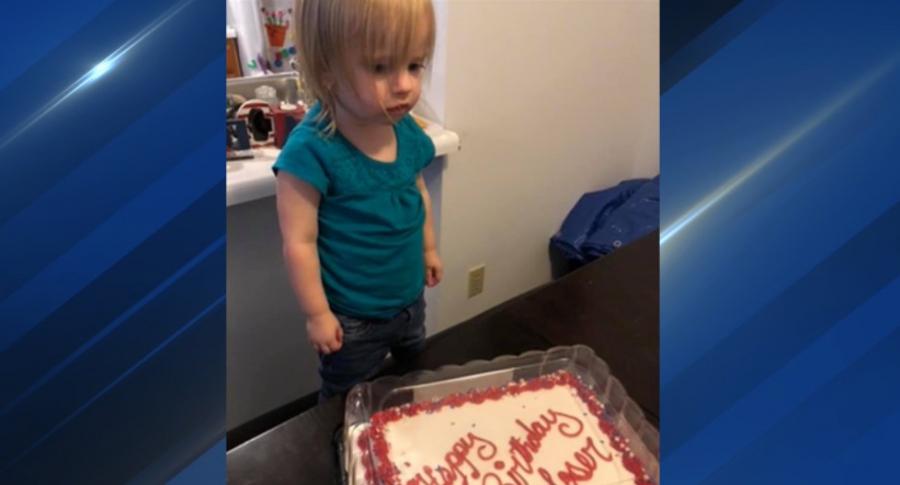 Niña con pastel de cumpleaños.