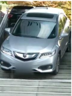 Captan a despistada conductora sacando su carro de un hotel ¡por las escaleras!