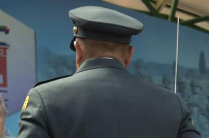 Oficial del Ejército de espaldas