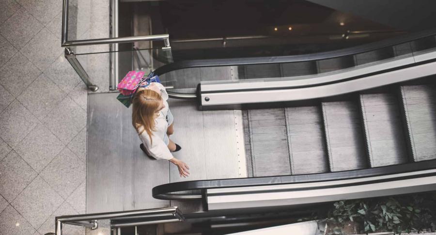 Mujer en escalera eléctrica.