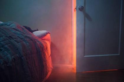 Mujer acostada con fuego cerca