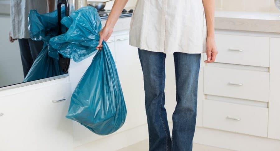 Mujer carga bolsa.