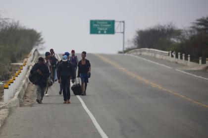 Venezolanos caminando por carretera
