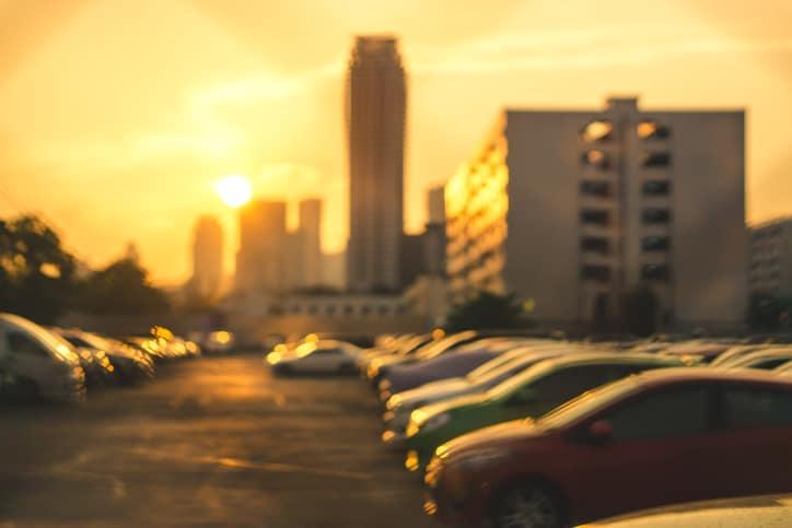 Carros parqueados bajo el sol