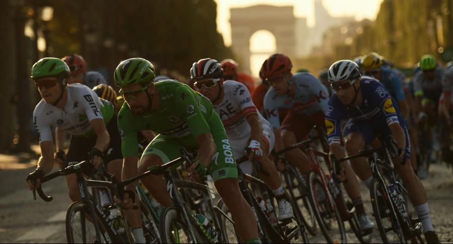 Pelotón del Tour de Francia en última etapa